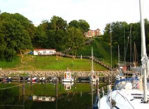 Der Hafen von Lohme, links befindet sich das Café Niedlich.