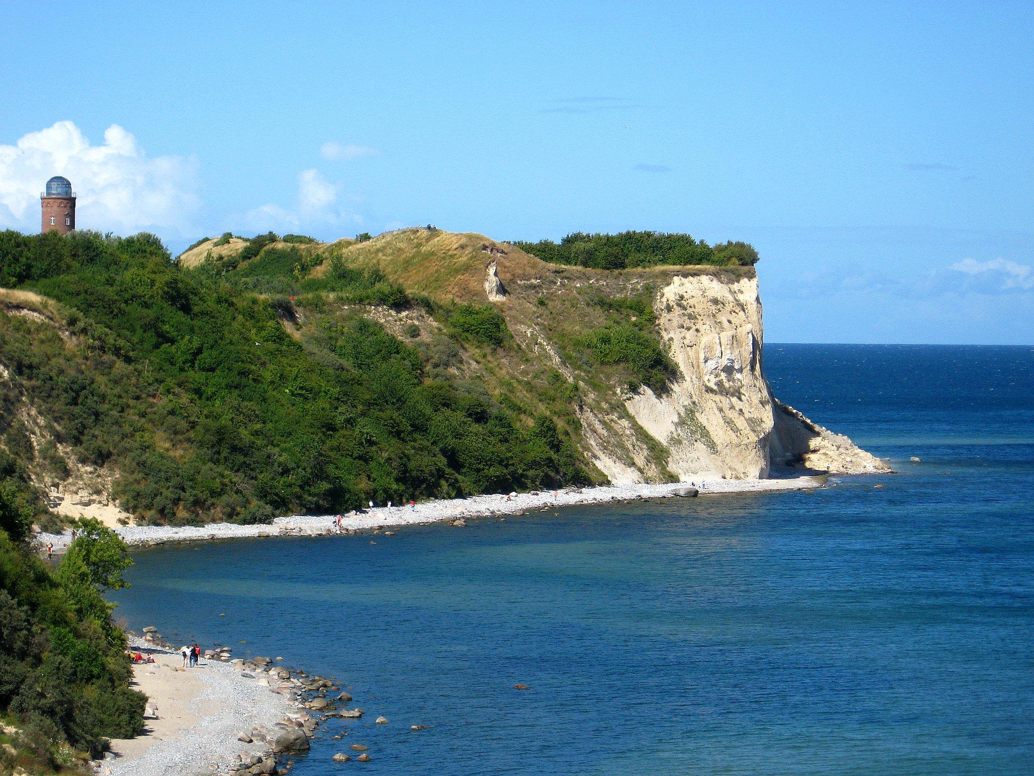 Blick auf die Steilküste des Kaps und den Burgwall der Jaromarsburg, dahinter befindet sich der Peilturm.