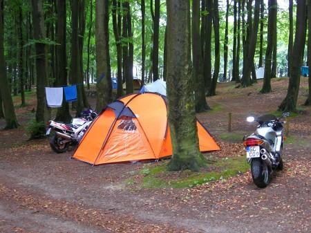 Beliebt: Camping + Motorrad. Wir sind in der Stubnitz auf Rügen im Naturcampingplatz von Nipmerow.