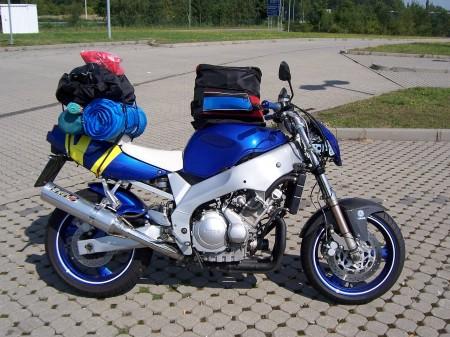Alles für das Camping dabei? Dann steht dem Start nichts mehr im Wege. Gut vorbereitet (dazu zählt auch eine Regenkombi) kann die Tour an die Ostsee beginnen.