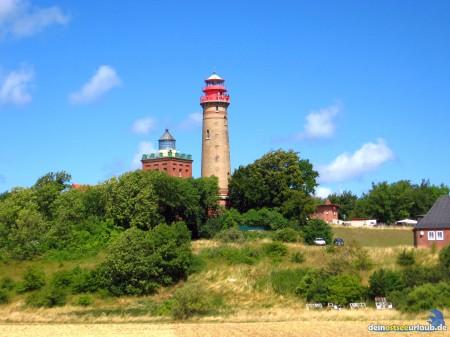 """Kohlwochen auf Rügen - Die zwei Leuchttürme von Kap Arkona. Links der ältere Schinkelturm, rechts daneben der """"neue Leuchtturm"""".Der kleinere der beiden Leuchttürme wurde 1828 in Betrieb genommen und ist 19,3 m hoch. Der größere Turm wurde 1905 in Betrieb genommen und ist 35 m hoch."""
